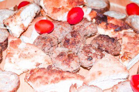 carnes y verduras: Partido, carne plato plato de salchichas con varias carnes y verduras.