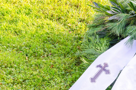 memorial cross: Wreath with banner and cross. Banners with copy space. Foto de archivo