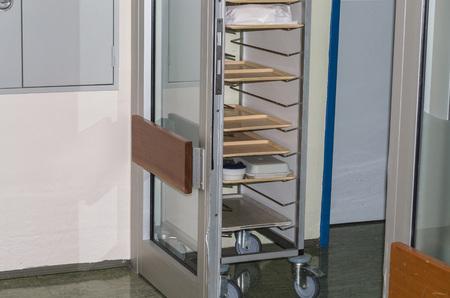Trolley in het moderne ziekenhuis aan fast food distributie. Stockfoto