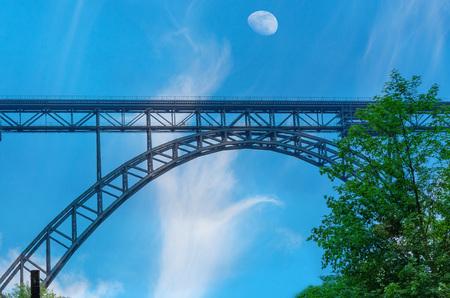 橋はドイツで Mngstener の最も高い鉄道橋であります。1918 年までに何と呼ばれ 1894 年建設のカイザー ヴィルヘルム ・ Bridge.Year、107 m の高さがあり、