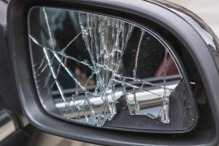 壊れた車のミラーを破損しています。