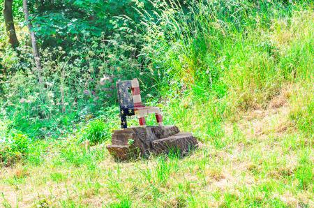silla de madera: Pequeña silla de madera cortada de un tocón de árbol en los colores nacionales de los EE.UU..