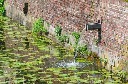 conservacion del agua: Foso, foso del castillo con una entrada de agua de lluvia para un viejo castillo. Foto de archivo