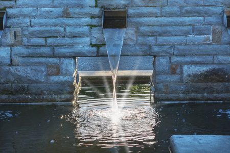 tuberias de agua: El suministro de agua para un estanque de jard�n. Foto de archivo