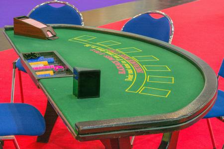 재생을위한 준비 카드와 카지노 테이블 블랙 잭 테이블.