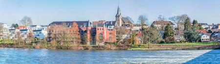 Panorama en de herfst idylle stad Essen Kettwig, Duitsland.