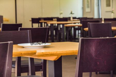 plato de comida: Mesas y sillas en un restaurante.