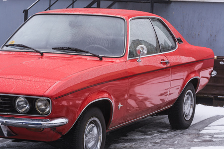 Velbert, NRW, DEUTSCHLAND - 7. März 2016: Oldtimer, rot Opel Manta auf einem öffentlichen Parkplatz in Velbert, Deutschland.