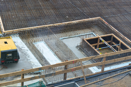 building tool: Foundation building of steel and concrete for the construction of an apartment building with underground parking.