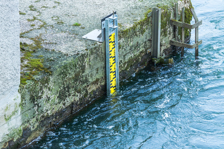 depth gauge: Water level indicator for monitoring the water level. Stock Photo