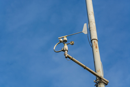 termometer: Weather station with anemometer on blue sky.