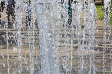 Artificialmente diseñada cascada, fuente - Fuente en un parque.