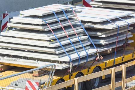 Prefab betonnen muren op een vrachtwagen Low loader