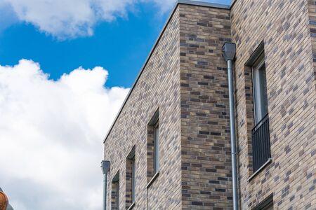 Verdieping van een modern woongebouw in bungalow stijl met een plat dak tegen de blauwe hemel. Stockfoto