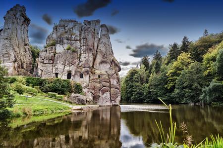 토이 토 부르크 숲, 독일, 노르 트라 인 베스트 팔렌에있는 엑스 테른 슈타인, 눈에 띄는 사암 바위 형성 스톡 콘텐츠 - 66992414