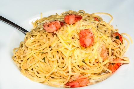 caballo bebe: Espaguetis con mariscos y salsa de tomate rojo. Foto de archivo