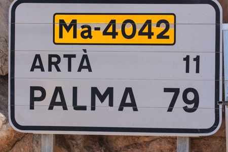 bent highway: Road sign in Spain. Give the distance to the places Arta and Palma. Recording in Mallorca, Spain. Caption in Spanish.
