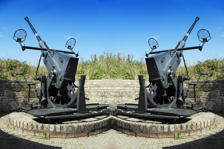 operational: Two old anti-aircraft guns to defend against the Atlantic Wall in the Second World War