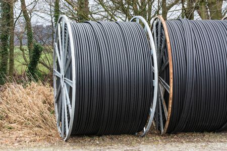 fibra de vidrio: Steel roller with fiber optic cables for the installation of data cables on a construction site.