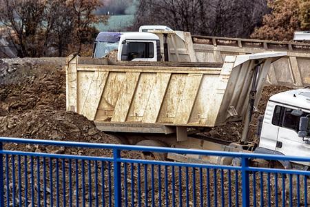 Camión en un sitio de construcción durante el transporte de tierra excavada.