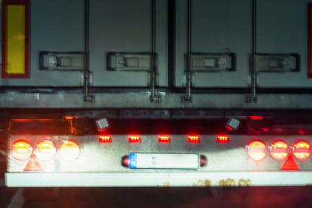 빨간색 미등을 트럭에. 트럭 뒤에서 원하는 흐림 효과.