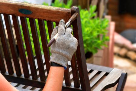 나무로되는 정원 의자에 회화와 보호 광택을 적용하십시오