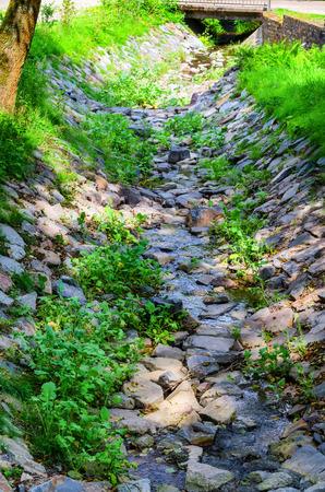 Kleine rivier naar de waterrit van een watermolen.