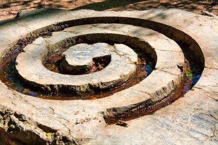 Stenen spiraal, geometrisch motief, symbool van energie en groei.
