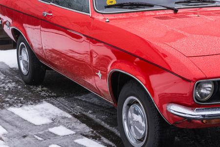 VELBERT, NRW, DEUTSCHLAND - 7. MÄRZ 2016: Oldtimer, roter Opel Manta in einem allgemeinen Parken in Velbert, Deutschland.
