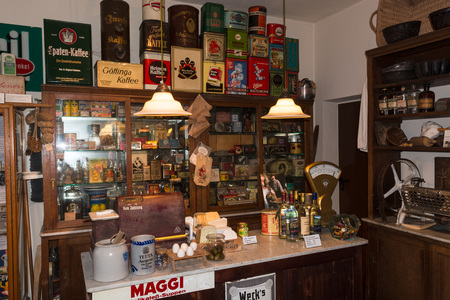 HEILIGENHAUS, NRW, DUITSLAND - DECEMBER 18, 2016: Oud historisch warenhuis met antiek koopwaarassortiment.