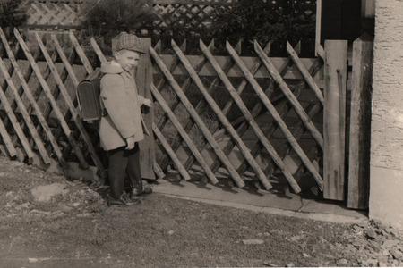 黒と白の古い家族の写真。このデザインでぼかし。レトロなスタイルの学校年安野 1965 年、黒と白の写真の古い Postcard.Beginning。
