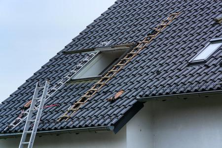 Toiture, installation ou réparation d'une fenêtre de toit sur un toit en pente