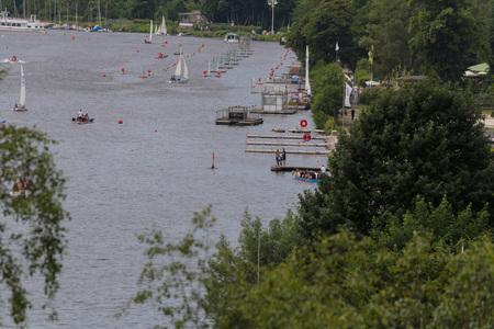 ESSEN, NRW, GERMANY - JUNE 10, 2017: View of Lake Baldeney (Baldeneysee) in Germany. Seaside Beach Baldeney. Sailing boats at a sailing regatta. Redactioneel