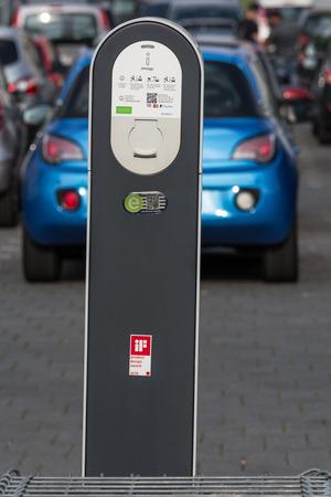 HEILIGENHAUS, NRW, GERMANY - AUGUST 24, 2017: Parkplatz in Heiligenhaus Aufladen von modernen Elektroauto auf der Straße ist die Zukunft des Automobils Foto de archivo - 117049659