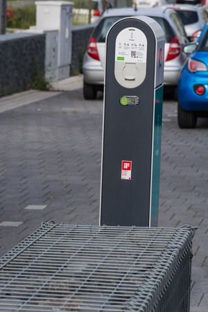 HEILIGENHAUS, NRW, GERMANY - AUGUST 24, 2017: Parking in Heiligenhaus charging of modern electric car on the road is the future of the automobile Foto de archivo - 117049682