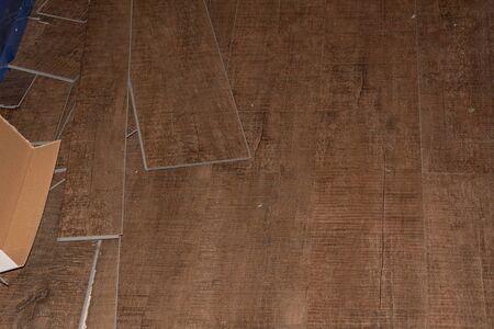 Revêtement de sol stratifié. Panneau fileté d'un sol stratifié sur un sol à isolation thermique. Chauffage au sol électrique, chauffage radiant, feuille de chauffage au carbone infrarouge pour le sol