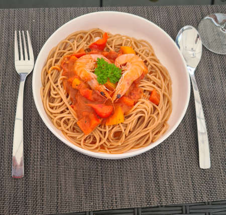 Spaghetti with shrimps and tomatoes Standard-Bild