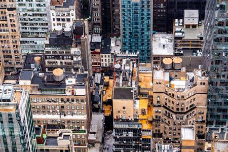 Top van de rotsobservatiebalie in regenachtige dag voor zonsondergang, Manhattan, New York City, Verenigde Staten van Amerika - 1 september 2018 Redactioneel