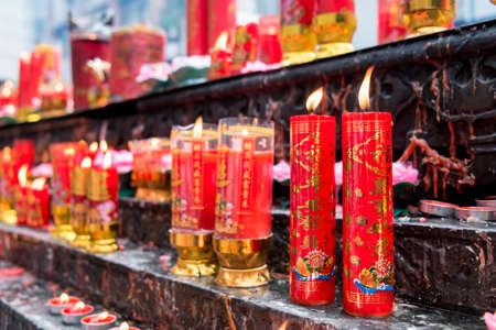 suplicando: inciensos, l�mparas de aceite, velas, humo, fuego, luz, orando, el chino, el culto, dioses, templo, China, Asia, asi�tico, fiestas, religi�n, espiritualidad, inspiraci�n, suplicando, pidiendo, dedicaci�n, en el interior, la cultura china, se llen� de humo , l�mpara, la felicidad, la luz de las velas Foto de archivo