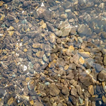 water s edge: Pietra naturale in acqua di mare per lo sfondo.