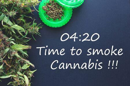 04:20抽烟大麻的时间,在蓝色背景的大麻研磨机与copyspace。