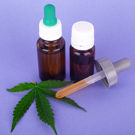 medical cannabis, bottles with tincture of marijuana oil on blue background Banque d'images
