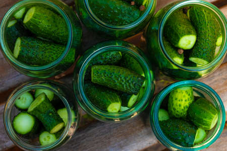 close-up of gherkins in a jar, preparation of cucumbers for conservation, preparations for the winter. 免版税图像
