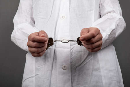 handcuffed doctor committed a crime, arrest for selling illegal drugs. Banque d'images
