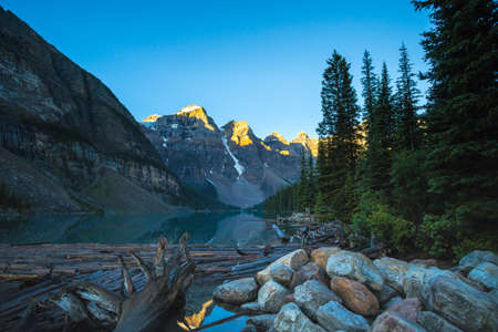 Lake Moraine in Banff National Park. Looking toward driftwood and rocks in the foreground. 版權商用圖片