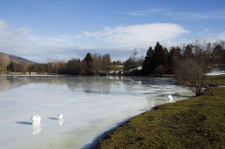 frozen lake: Bevroren meer van Dronieres, in de buurt Cruseilles in Frankrijk