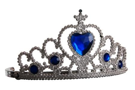 corona princesa: Toy tiara con diamantes y gemas azules, al igual que una corona de princesa, aisladas sobre fondo blanco Foto de archivo