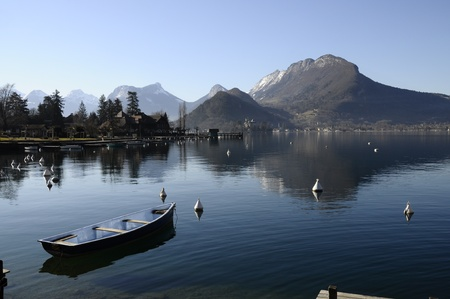 Small boat and view of lake annecy in Talloires on a winter morning Reklamní fotografie