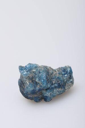 gemology: Blue stone apatite dal Madagascar su sfondo chiaro