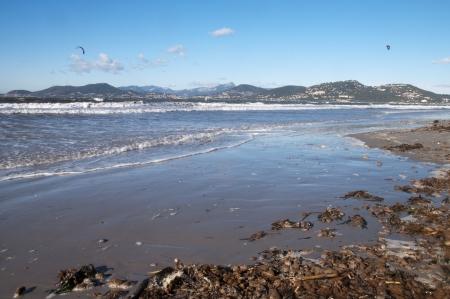 Paisaje de la playa, el mar y las montañas provenzales en la Península de Gien en francés Costa Azul, Francia Foto de archivo - 18925629